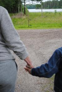 Jag håller dig hårt i handen.